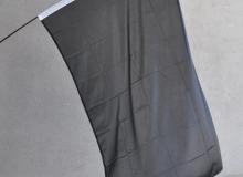 Výprodejová smuteční vlajka s bílým tunýlkem